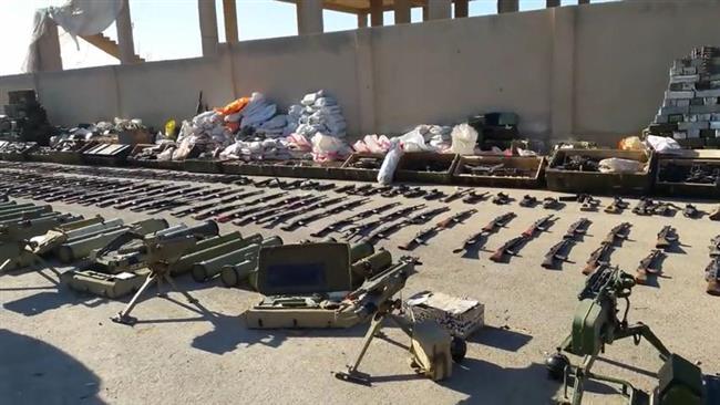 La imagen muestra armas y químicos de origen israelí arrebatados al DAESH en la Batalla de Dayr al-Zawr